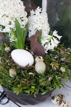eggs, hyacinths and a tin rabbit nestled in a bed of boxwood & cedar | huevos, jacintos y un conejo de estaño acurrucado en una cama de madera de cedro y cedro