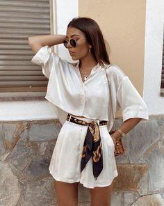 Comment t'habiller à 40ans ? Tous les conseils et idées de tenues sont dans cet article ! #tenuefemme40ans #blogmodefemme40ans #tenuestylée #élégante #minishortblanc #foulardimprimé #chemisebeige #Lunettessoleilrondes Cute Casual Outfits, Stylish Outfits, Elegant Summer Outfits, Casual Dresses, Stylish Clothes, Casual Summer Clothes, Ootd Summer Casual, Urban Style Outfits, Beach Clothes