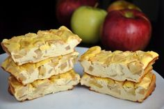 These delicious, soft and low calorie protein bars taste just like cheesecake, with low content of carbohydrates. Inside you will find hidden juicy apple pieces and fine cinnamo. Stevia, Apple Recipes, Low Carb Recipes, Sweet Recipes, Protein Cheesecake, Cheesecake Bars, Sin Gluten, Low Calorie Protein Bars, Greek Yogurt Protein