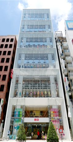 UNIQLO GINZA | Twelve floors and a total retail space of 4,959 square meters make UNIQLO Ginza one of the biggest UNIQLO stores in the world.