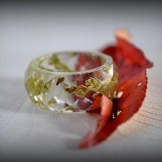 Prsteň / Ring / Anello.  Masívny prsteň zo živice s imitáciou brúseného drahokamu. Do živice som zaliala konáriky tuje. Prsteň je jedinečný originál. Bol odliaty do kvalitnej formy, nebolo treba ho lakovať....