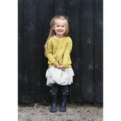 Aurora Genser - i strikkemagasin Baby Knitting Patterns, Free Knitting, Crochet Patterns, Raglan Pullover, Rose Jacket, Baby Barn, Big Knit Blanket, Big Knits, Knit Pillow