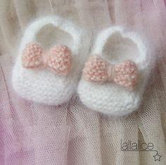 Chaussons bébé en angora blanc à petits noeuds rose en tricot