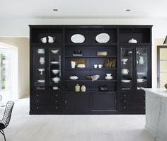 meuble salle a diner, 3 sections, tiroirs dans le bas sur les cotés, panneaux coulissants au centre.