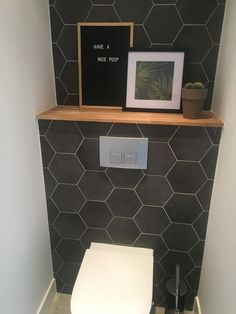 Hexagon tegels in de wc Hexagon tegels in de wc Hexagon tiles in the toilet Hexagon tiles in the toilet Small Downstairs Toilet, Small Toilet Room, Guest Toilet, Downstairs Bathroom, Bad Inspiration, Bathroom Inspiration, Toilet Room Decor, Hexagon Tiles, Bathroom Toilets