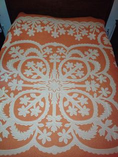 Hawaiian Quilt Love this pattern. Would love it with a blue background!