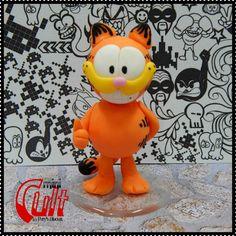 Colecionável Mini Cult do personagem Garfield, de Jim Davis. <br> <br>Produto sob encomenda. Valor unitário. <br>Material: porcelana fria (biscuit); base acrílica redonda. <br>Altura aproximada: 8cm. <br> <br>Todas as peças da loja Paty's Biscuit são feitas à mão, de forma 100% artesanal e sem o uso de moldes. As peças são passíveis de personalização, e também faço outros modelos