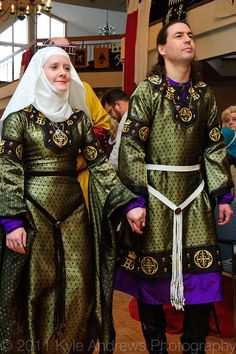 Edouard Beausoleil and Genevieve de Rosse 2005 Ealdormere Coronation Spring - photo by Kyle Andrews Photography This is just such a beautiful example of matching heraldic clothing. Medieval Fashion, Medieval Clothing, Norse Clothing, Gypsy Clothing, Renaissance Fair Costume, Medieval Costume, Historical Costume, Historical Clothing, Mens Garb