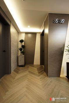 인더스트리얼인테리어 - 수영구 민락 롯데캐슬자이언트 45평 리모델링 / 무게감이 느껴지는 모던인테리어, 간접조명 활용 : 네이버 블로그 Living Room Modern, Living Room Designs, Hardwood Floors, Flooring, Ceiling Design, House Colors, Entryway, Floor Plans, Architecture