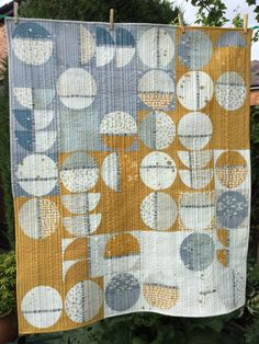 This is the quilt that we love. We like the lunar pattern, the color scheme and the modern feel. This is the quilt that we love. We like the lunar pattern, the color scheme and the modern feel. Quilt Festival, Drunkards Path Quilt, Modern Quilting Designs, Modern Quilt Patterns, Circle Quilt Patterns, Modern Quilt Blocks, Quilting Patterns, Quilting Ideas, Geometric Patterns