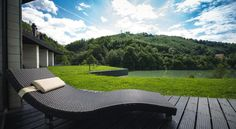Only 100 metres away from the shore of Lake Paltinu in Tesila, this modern guest house features a lounge area with a fireplace. Visit Romania, Lounge Areas, Bora Bora, Jacuzzi, Outdoor Furniture, Outdoor Decor, Fine Dining, Glamping, Sun Lounger