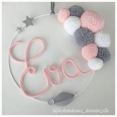 Ideas baby diy crochet pom poms for 2019 Diy Home Crafts, Baby Crafts, Kids Crafts, Pom Pom Wreath, Pom Pom Crafts, Ideias Diy, Diy Crochet, Crochet Baby, Crochet Ideas