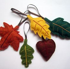 Podzimní+listy+-+dekorace+z+filcu+Tak+tu+máme+krásný+a+hravý+podzim...stejně+hravé+jsou+i+podzimní+listy+ušité+z+filcu.+Můžete+je+použít+jen+tak+zavěšené+na+větvičky+ve+váze+nebo+si+jimi+vyzdobit+podzimní+věnec+a+kdyby+se+vám+chtělo,+můžete+vzít+spínací+špendlík+a+udělat+si+z+každého+velmi+jednoduše+podzimní+brož+na+kabát+či+tašku.+Cena+je+uvedena+za+set+5...