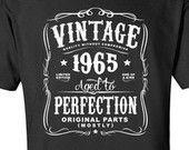 51ème anniversaire cadeau pour les hommes et les femmes - idée Vintage 1965 âgés à la Perfection pour la plupart pièces T-shirt cadeau Original. Plus de couleurs disponible N-1965