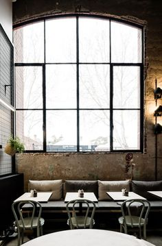 Estilo vintage industrial- Agrega piso con textura, caños afuera, y ese mobiliario que convierte algo viejo en algo nuevo con un aspecto único y diferente. Lograras el espacio de tus sueños. Puedes encontrar mobiliario como este en nuestros productos.