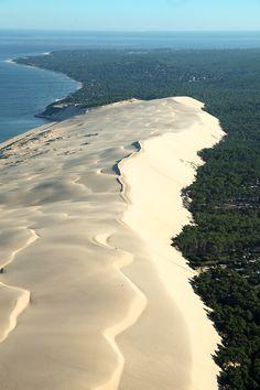 La Dune du pilat, joyau de l'Aquitaine [Sand dune in France : http://www.france3.fr/emissions/midi-en-france/chroniques/la-dune-du-pilat-joyau-de-l-aquitaine-nerac_426447]