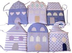 Wunderschönes  Bettnestchen aus verschiedenen gemusterten Baumwollstoffen in blauen  Farben.  Besteht aus 6 Pölstern in Form von Häuschen. Die Pols...