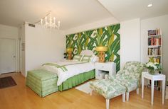 """Vicky's Home: Una casa en blanco y verde / A white and green house/ Somehow this wallpaper doesn't """"go"""" with this room (from my perspective); but I'm not sure what I would do instead..."""