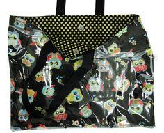 Sacola plastificada por fora, funciona como sacola para ir a praia, as compras ou para passear. Fechamento com botão imantado. Um charme!