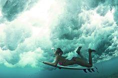 Surfista feminina debaixo d'água. Foto por: Alana Blanchard Rene