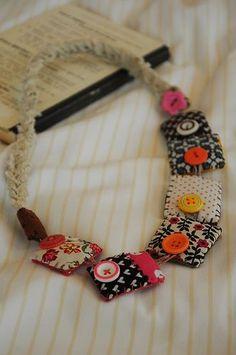 Necklace made fabri scraps & buttons / Ketting van stof en knopen. Kids Jewelry, Jewelry Crafts, Jewelry Art, Jewelry Making, Jewellery Diy, Amber Jewelry, Fashion Jewelry, Button Necklace, Fabric Necklace