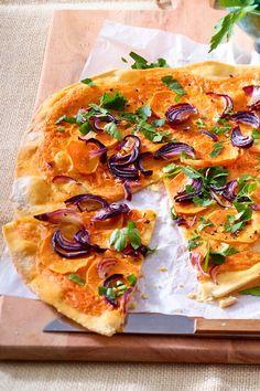 Für den Mädels- oder Fernsehabend. Wer beim #Flammkuchen mal etwas anderes wagt, wird bei dieser Kombination garantiert nicht enttäuscht. Da sind sich alle einig. #Süßkartoffel #Rezeptidee #lecker #Mädelabend Sweet Potato Recipes, Vegetable Pizza, Food And Drink, Potatoes, Vegan, Disappointed, Dares, Beautiful Pictures, Fiestas