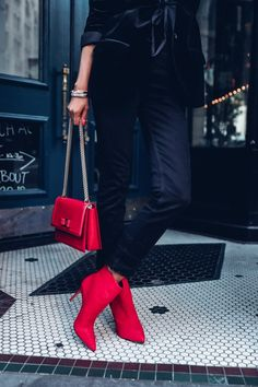 Valentine'S day outfit ideas - red accessories - red bag or red suede ankle boots Red Shoes Outfit, Booties Outfit, Valentine's Day Outfit, All Black Outfit, Outfit Of The Day, Outfit Ideas, Red Ankle Boots, Red Booties, Red Fashion
