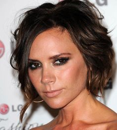 A short brown straight coloured multi-tonal Victoria Beckham hairstyle by Celebrity Hairstyles Square Face Hairstyles, Top Hairstyles, Latest Hairstyles, Short Hairstyles For Women, Celebrity Hairstyles, Pretty Hairstyles, Cabello Color Chocolate, Chocolate Brown Hair Color, Brown Hair Colors