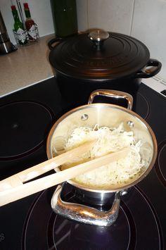 De zelf gefermenteerde zuurkool is (na ca. 4 weken in de zuurkoolpot) klaar om gegeten te worden! Heerlijk zacht van smaak en erg gezond, vooral rauw.