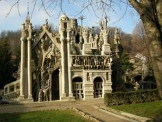 The castle of Palacio Ferdinand Cheval; the French Postman who built his castle over 33 years by picking up stones on his route, sticking them in his pocket and adding them to his castle over time. Amazing! You can right click to translate.