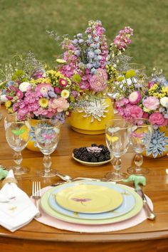 Wedding invitations spring flowers table settings new Ideas Dresser La Table, Beautiful Table Settings, Festa Party, Theme Color, Table Flowers, Easter Table, Deco Table, Spring Theme, Decoration Table