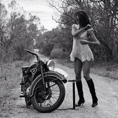 3 cosas linda... chica, moto y paisaje