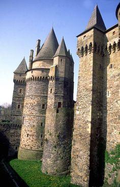 ♥The Château de Vitré - a medieval castle in the town of Vitré, in the… Chateau Medieval, Medieval Castle, Beautiful Castles, Beautiful Buildings, Architecture France, Architecture Design, Photo Chateau, Castle Parts, Castle Pictures