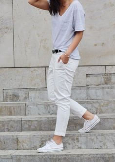Minimal + classic: grey t-shirt, white jeans & white converse. Converse Style, White Converse, Style Simple, Style Me, Madame, Get Dressed, White Jeans, White Chinos, Casual Chic