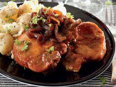 """""""My ma het my dié resep gegee en dit bly die lekkerste varktjops wat ek nog geëet het,"""" sê Charlené Tiearney van Nigel. Pork Recipes, Diet Recipes, Cooking Recipes, Roast Pork Chops, Easy Home Cooked Meals, Pork Meat, South African Recipes, Pork Dishes, Kos"""