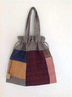 무슨 일을 오래 하거나 그 일에 능숙해지면 잊기 쉬운 기본 나 역시 언제 부턴가 크고 완성도 높아보이는 ... Craft Presents, Drawing Bag, Tote Bags Handmade, Blue Horse, Unique Bags, Patchwork Bags, Fabric Bags, Hand Quilting, Star Fashion