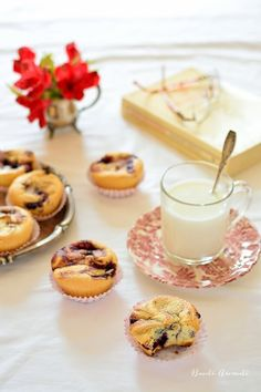 Sponge muffins with blueberry jam [in Romanian] No Cook Desserts, Dessert Recipes, Blueberry Jam, Scones, Panna Cotta, Muffins, Cheesecake, Pudding, Sweets