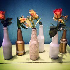 Botellas recicladas y decoradas con flores en tonos naranjosos, perfectas para un evento de día. ---- COTIZACIONES: info@ohlala-eventos.com -----