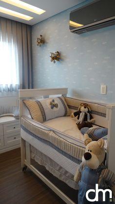 Decoração de  quarto de bebê em tons de azul e bege, com tema de aviador. Utilizamos um papel de parede com desenho de nuvens, adorno nas paredes e berço com detalhes em acrílico.