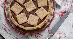 Questa crostata vegana con crema al cioccolato fondente è un dolce di cui non farete più a meno. La morbidezza della frolla e della crema la rendono veramente gustosa. Ecco la ricetta! Ingredienti per la frolla 250 g di farina integrale di farro 60 g di malto 60 ml di olio di mais 70 ml …