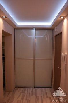 sufit podwieszany z ledem Modern Bathroom Design, Interior Design Living Room, Garage Doors, Ceiling, Outdoor Decor, House, Furniture, Home Decor, 3d Wall