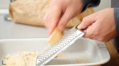 GRATTUGIO 2 panini secchi per fare il pangrattato, passo al setaccio per togliere i pezzi più grandi e metto anch'esso in un piatto grandezze vongole e lascio a fuoco alto fino a quando si apriranno spengo il fuoco e aggiungo il prezzemolo tritato.