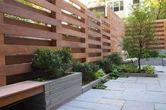 Полупрозрачные конструкции из деревянных реек, собранных в шахматном порядке.