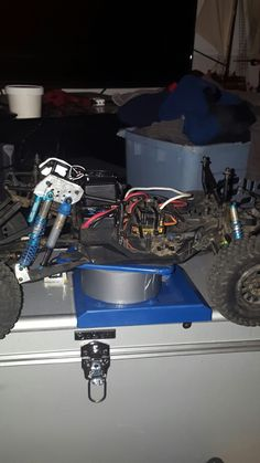 Axial Yeti Score Trophy Truck dual rear king shocks, and single king shocks up front, sidewinder 3800kv. And if you look really hard Sense ess-one Sound system.