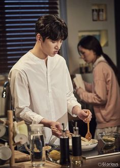"[Drama] Ji Chang Wook shows his studious side in new behind-scenes from ""Suspicious Partner"" 