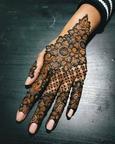 Easy Bridal Mehndi Designs 2019 Simple Henna Collection, Bridal mehndi designs are very difficult in patterns and they take a lot of time and expertise. Henna Hand Designs, Dulhan Mehndi Designs, Mehndi Designs Finger, Modern Henna Designs, Indian Henna Designs, Floral Henna Designs, Simple Arabic Mehndi Designs, Stylish Mehndi Designs, Mehndi Design Photos