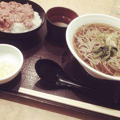 [2013/11/22]    ランチでそばる˪৹⌵ೕ(ෆ˘ℼ̇˘ )༘༘▽  小まぐろ丼セット (かけそば) ¥580      @いわもとQ