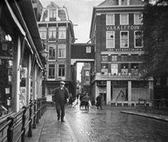 De winkel van Determeyer op de Oudezijds Voorburgwal 33 - 35 / hoek Korte Niezel 2. De ateliers van Determeyer waren op de Oudezijds Voorburgwal 27 - 29, doorlopend naar de Oudezijds Achterburgwal 20 - 24. Om die makkelijk en droog te kunnen bereiken werd in 1929 over de Korte Niezel heen een overloop gebouwd. Die is er nog steeds. Foto 1930.