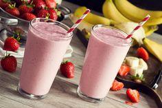 1 plátano congelado 1 taza de leche ½ taza frutillas  ¼ taza de yogurt griego descremado   1 cda de mantequilla de maní