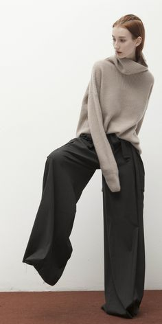 Fashion_ funnel neck sweater paired with lounge pants Knitwear Fashion, Fashion Pants, Boho Fashion, Womens Fashion, Coaching, Urban Chic, Funnel Neck, Minimal Fashion, Street Chic